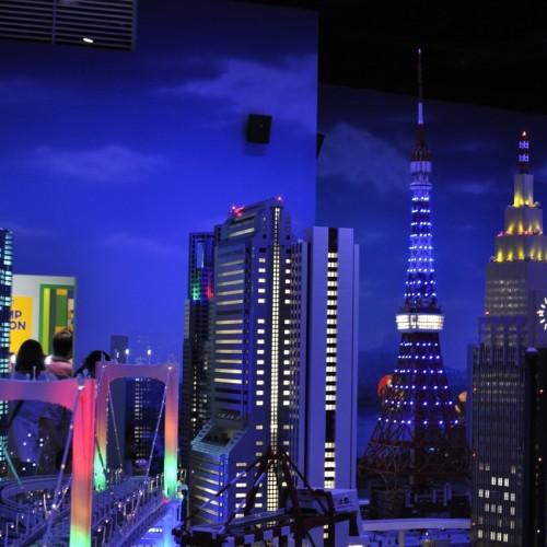 レゴで作られたレインボーブリッジと夜景