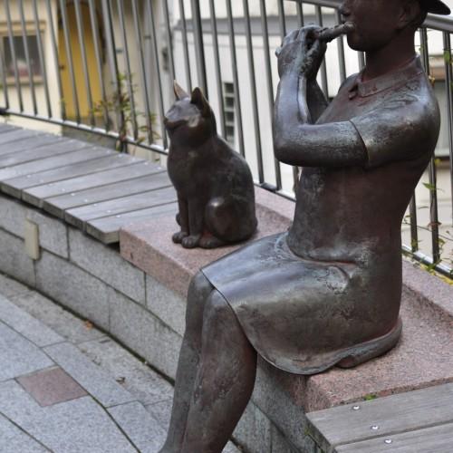フルート吹きと猫の銅像