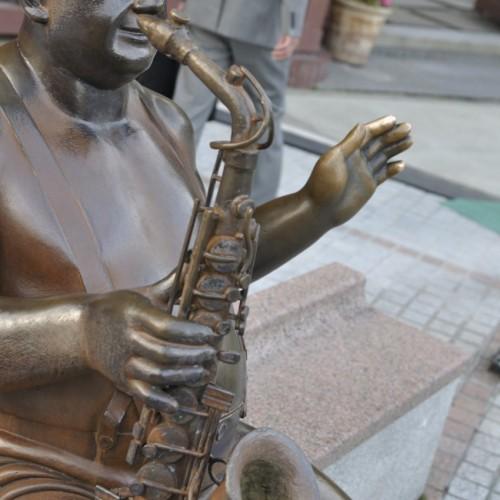 サックス吹きの銅像