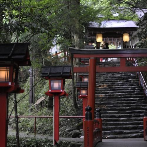 貴船神社の鳥居と石段