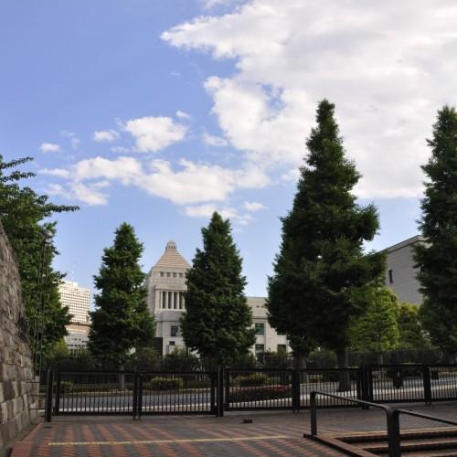 出入り口に向かうと国会議事堂が見える