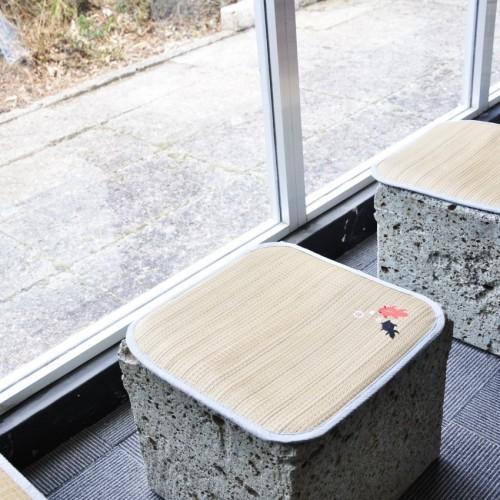 館内の大谷石で作られた座席