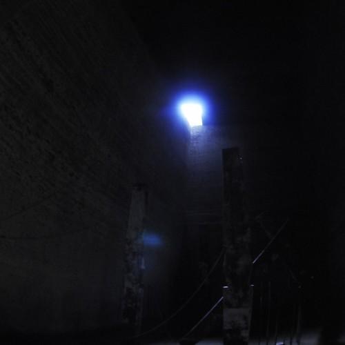 青い光と柱