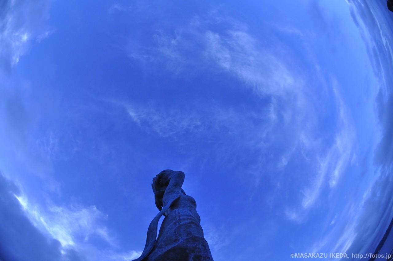 女神像「暁風」を見上げる