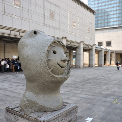 横浜トリエンナーレ ウーゴ・ロンディノーネによる彫刻