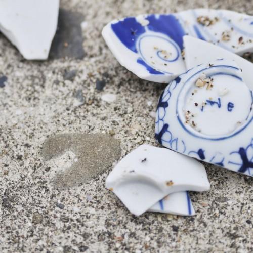 堤防の上割れた茶碗