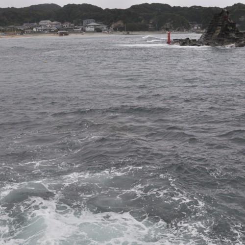 堤防にぶつかる波