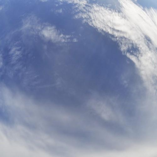 スカイデッキから空を見上げる