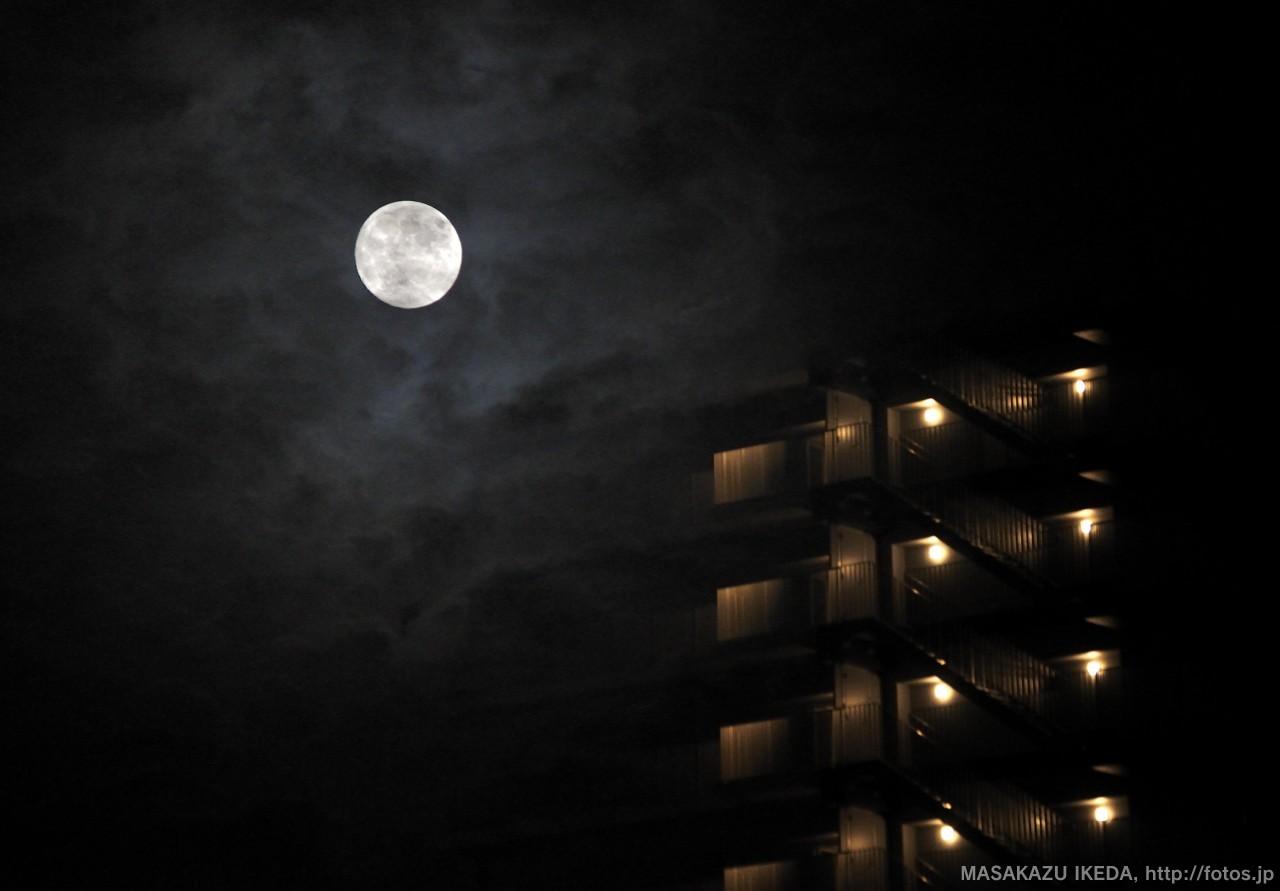 雲に覆われた月・多重露光作品
