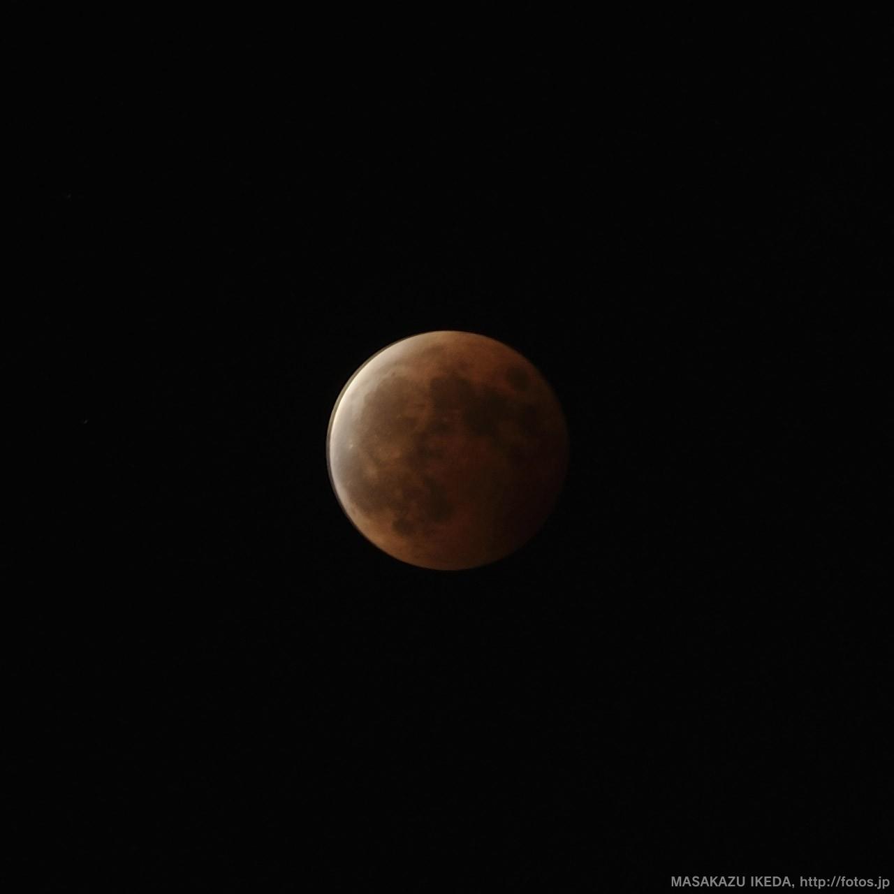 皆既月食終了直後の月 ISO200・F8・2秒