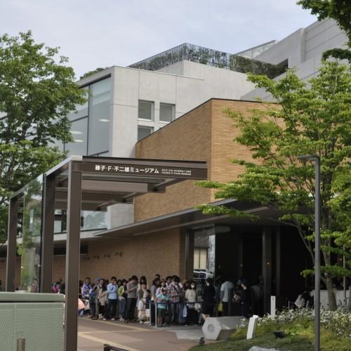 川崎市 藤子・F・不二雄ミュージアム 外観 入場前の列