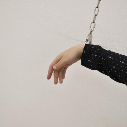 橋本聡《抽象直接行動198の方法(仮):吊るした手錠》手錠してみた。