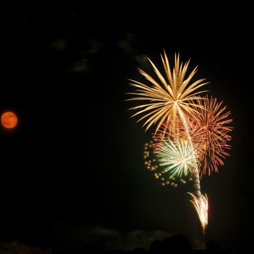 サザンビーチちがさき花火大会の打ち上げ花火 月との多重露光写真