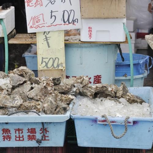 那珂湊おさかな市場 その場で向いて食べる牡蠣