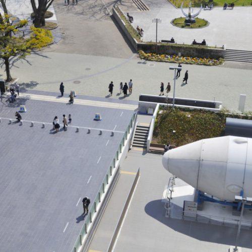 名古屋市科学館:記念撮影のポーズ、後方上部にプラネタリウムの球体